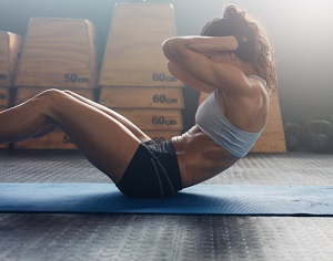 Situps på en träningsmatta
